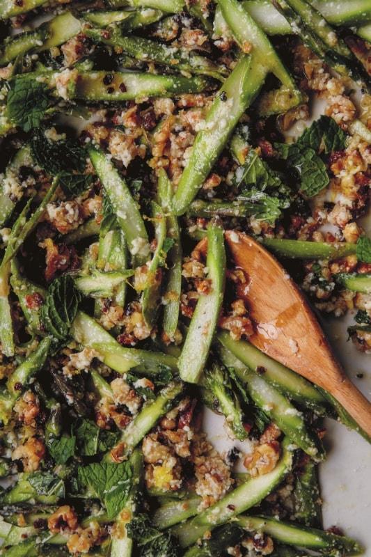 Salade van rauwe asperges met broodkruim, walnoten en munt uit Zes Seizoenen
