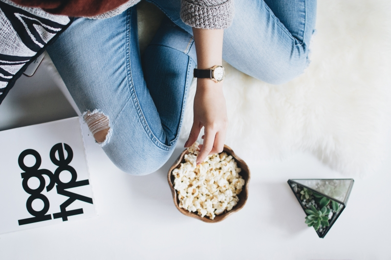 Homemade popcorn en warme chocolademelk voor knusse avonden